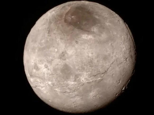في شارون، أكبر أقمار بلوتو الخمسة، واد عمقه بين 6400 و9600 متر، وهو أعمق من أي واد بالعالم