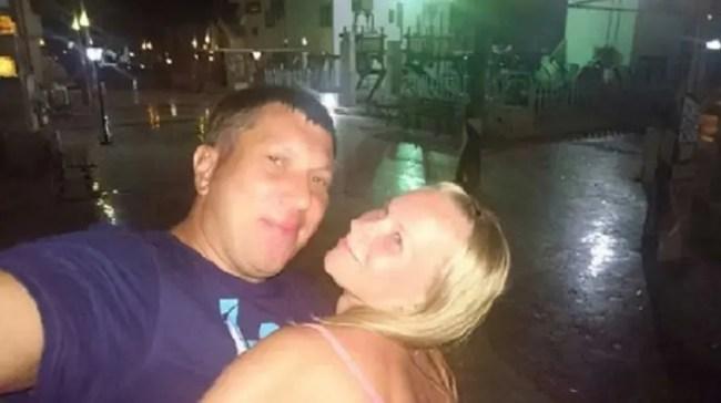 راكبان، لم يذكر الموقع الروسي اسميهما، كانا في شرم الشيخ يحتفلان بمرور 10 سنوات على زواجهما