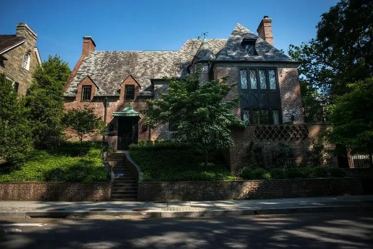 المنزل جار أيضا للسفارة العمانية في واشنطن، وللمقر السابق لسفارة ايران