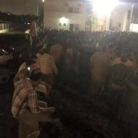 احتشدوا ليلاً أمام البنك في ليبيا في انتظار دور الصباح