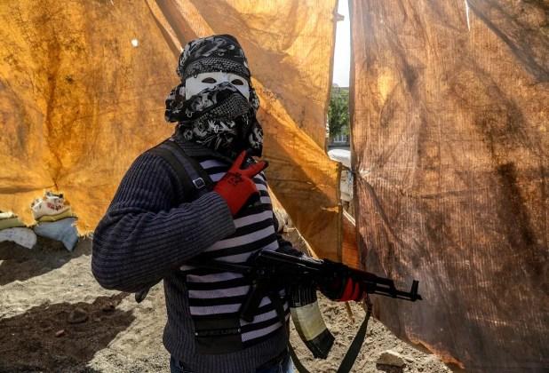 عنصر من حزب العمال الكردستاني خلال اشتباكات دياربكر عام 2015