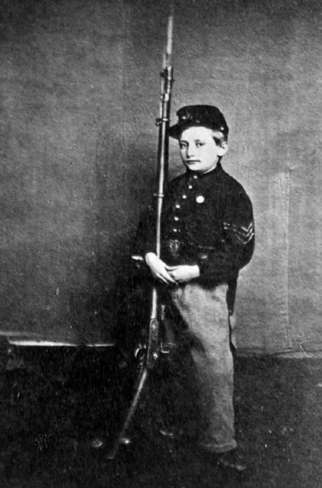جون كليم رفقة بندقيته التي كانت أطول منه