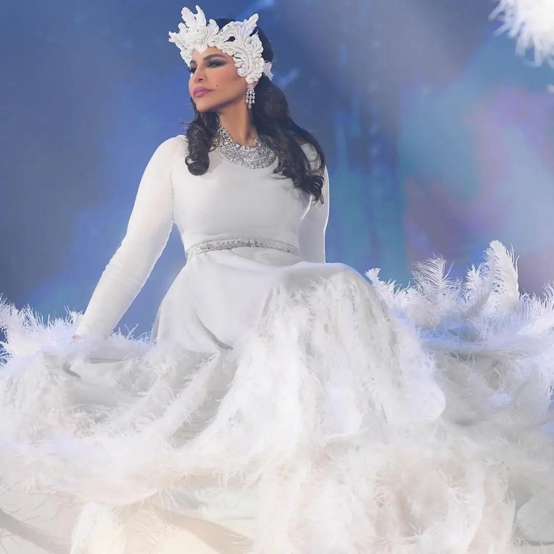 أحلام بإطلالة بيضاء يزيّنها الريش