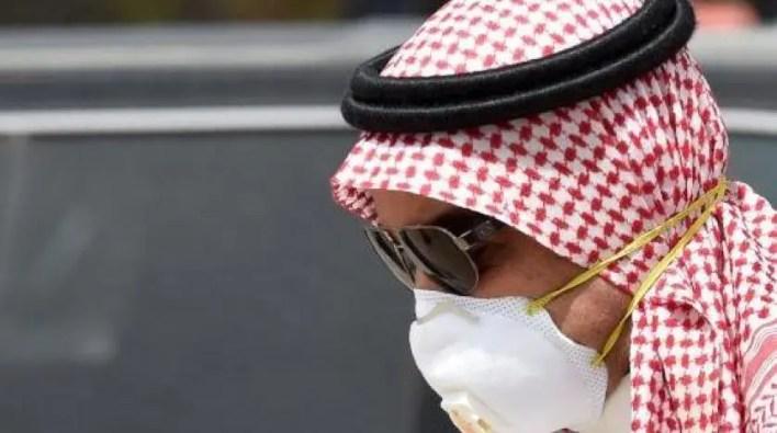 رجل سعودي يرتدي كمامة واقية (فرانس برس)