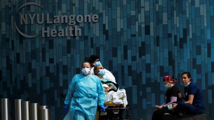 عاملة صحية خارج مستشفى يعالج فيه مرضى كورونا في نيويورك