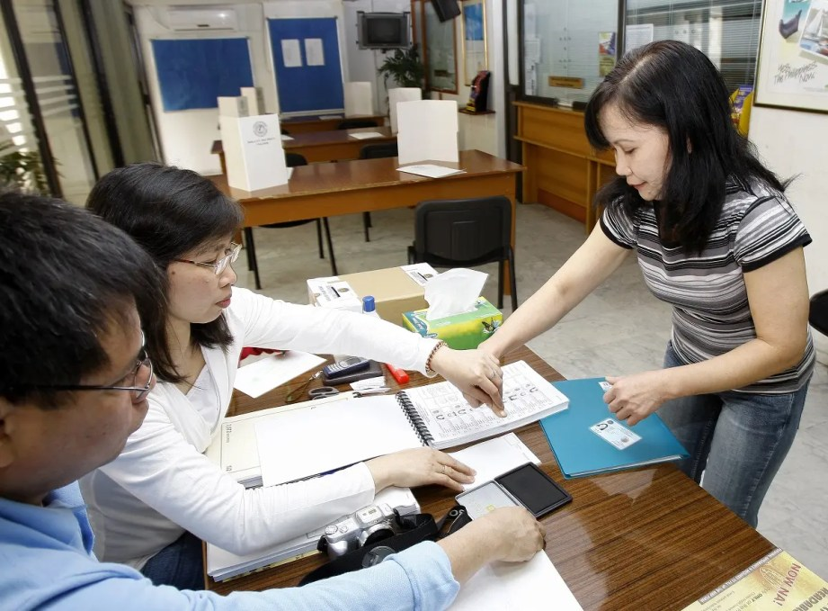 Officials at the embassy of Philippines in Beirut take the fingerprints of a Filipina living in Lebanon as she arrives to vote for her country's presidential election on April 11, 2010. (File photo: AFP)