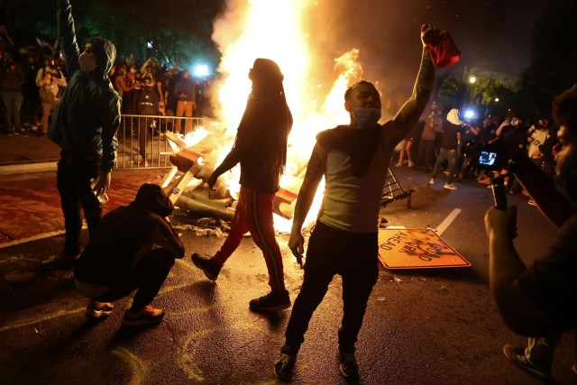 Protesters rally around a bonfire near the White House in Washington, U.S. May 31, 2020. Picture taken May 31, 2020. (Reuters)