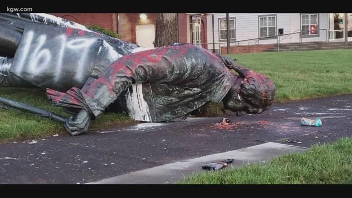 تمثال جورج واشنطن بعد أن أسقطه المحتجون