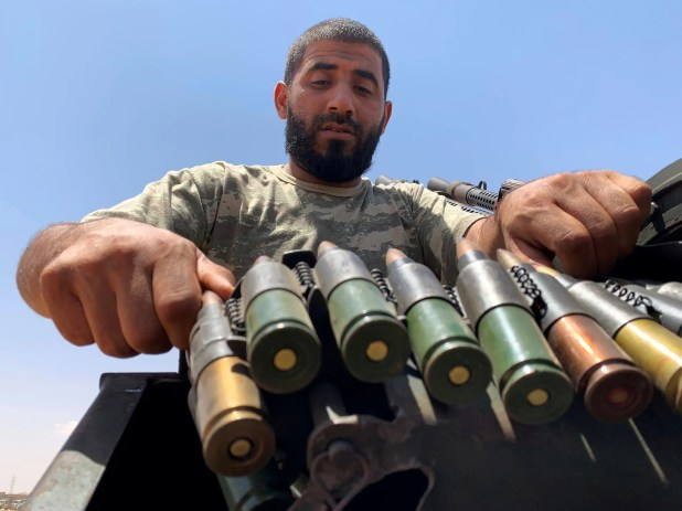 عنصر من فصائل الوفاق تحضيرا للتوجه نحو سرت (18 يوليو 2020- رويترز )