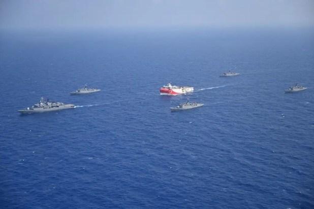 سفينة المسح التركية ومعها سفن عسكرية في المياه اليونانية