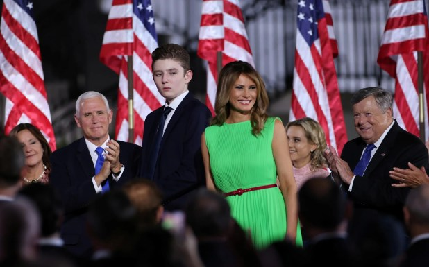 السيدة الأولى ميلانيا ترمب ةابنها بارون ونائب الرئيس مايك بنس وزوجته أثناء المؤتمر