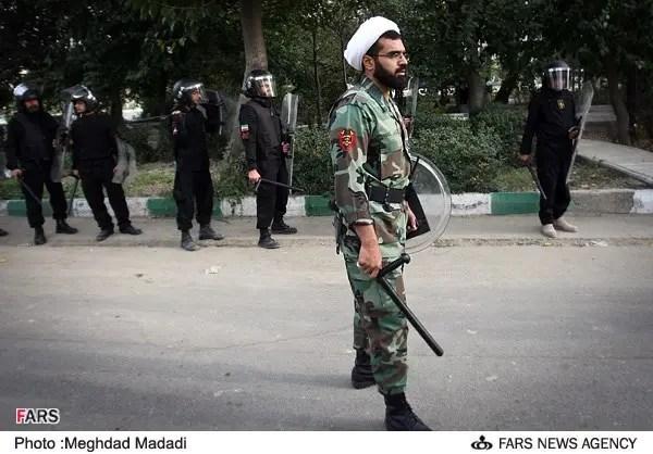 عنصر من باسيج رجال الدين يشارك في قمع المظاهرات- المصدر وكالة فارس الإيرانية