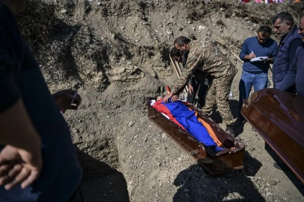 دفن قتلى في إقليم كاراباخ