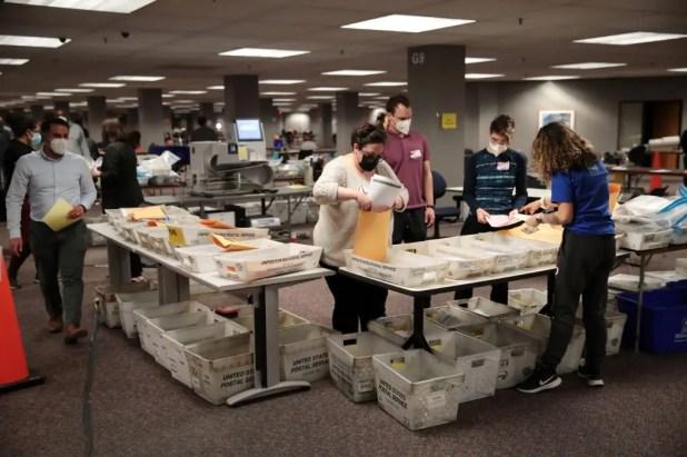 """خلال فرز الأصوات في الانتخابات الأميركية في  ولاية ويسكونسن """"أرشيفية"""""""