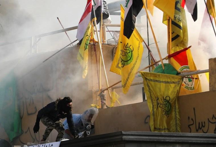 صور تظهر مهاجمة مناصرين للفصائل المسلحة في العراق لمبنى السفارة الأميركية في بغداد في يناير الماضي 2020 (أرشيفية- رويترز)