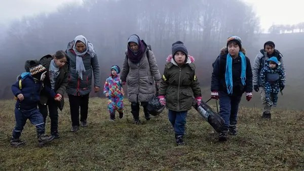 Hundreds of migrants freezing in heavy snow at Lipa camp in northwest Bosnia