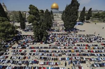 فلسطینی مسلمان مسجد اقصیٰ میں رمضان کے پہلے جمعہ کی نماز ادا کر رہے ہیں۔ [اے ایف پی]