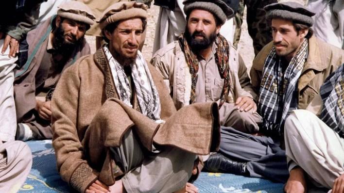 أحمد شاه مسعود بين عدد من رفاقه عام 1990