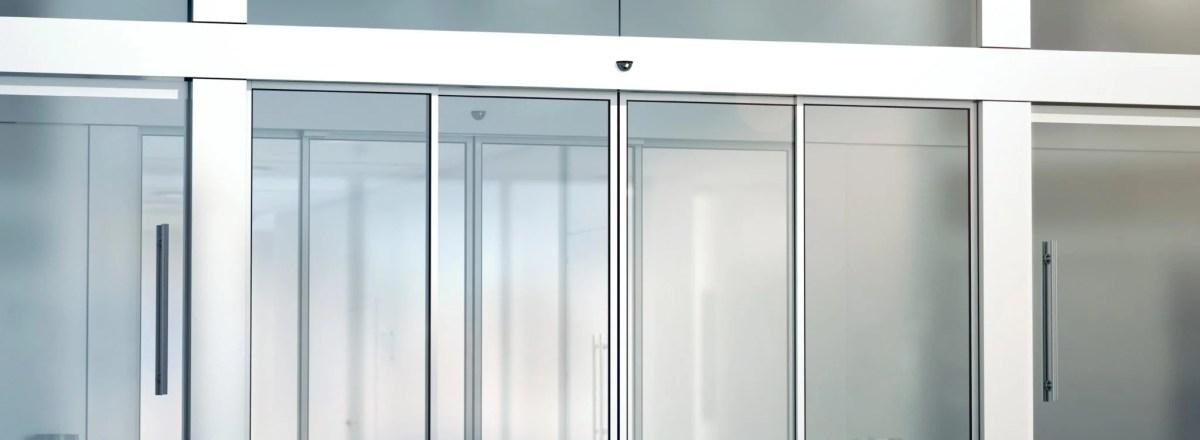 Cómo ahorrar energía con puertas automáticas de emergencia