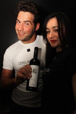 Juan García con Irene Hernandez de Vida Austera, presentando su propio vino Jg y con la camiseta de la agencia