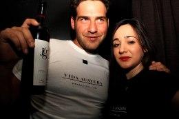 Juan García presentando su propio vino Jg con la camiseta de la agencia