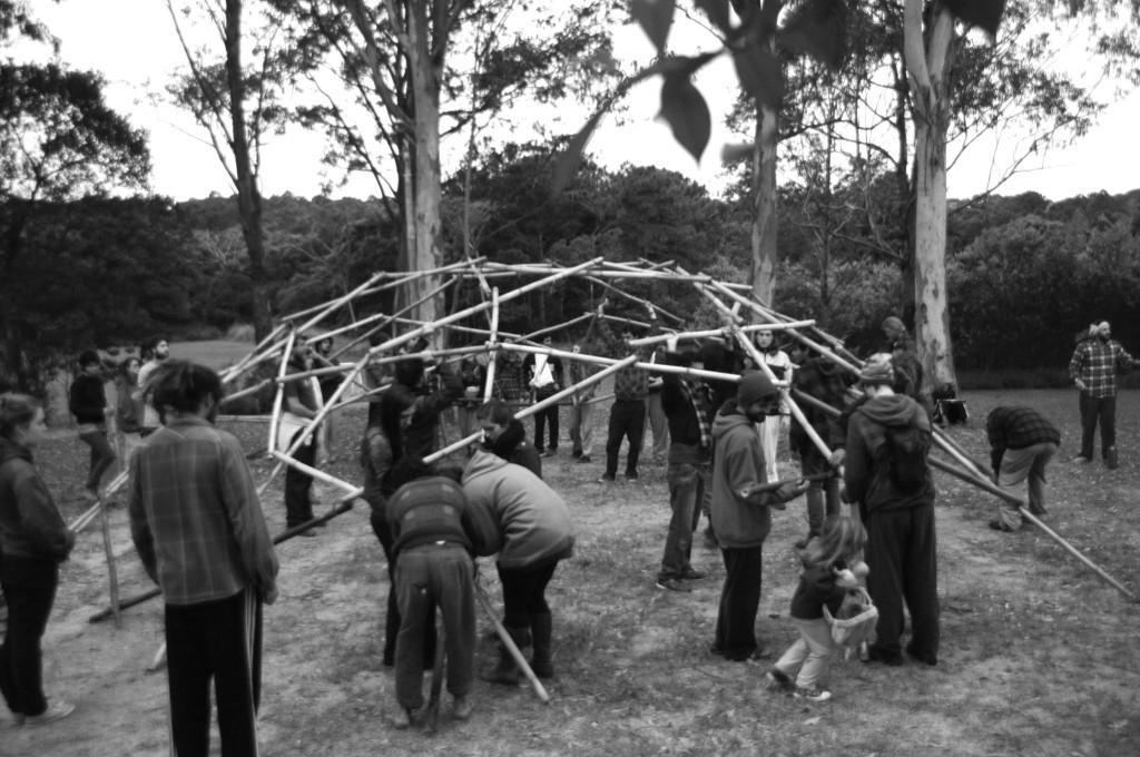 Oficina de bioconstrução de geodésica de bambu