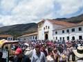 Die Kirche von Villa de Leyva mit den Zuschauern des Festivals.
