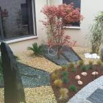 Patio minéral avec décoration minéral, rivière minérale et végétation épurée