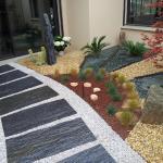 Patio minéral avec décoration végétal et mise en place de plaques de schiste