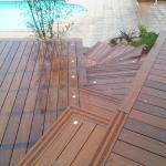 Escalier et terrasse en bois exotique avec intégration d'éclairages encastrés