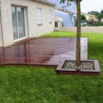 Terrasse en bois exotique avec encadrement d'arbre