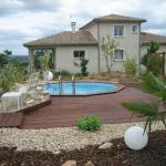 Terrasse bois en abords de piscine et massifs périphériques