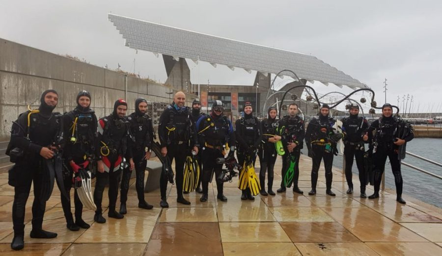 Alumnos y profesores del curso de opistobranquios a punto de iniciar la inmersión, pese a la lluvia, el 27/10/2018