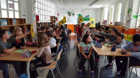 Los alumnos siguen con interés las explicaciones