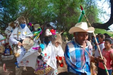 The mandón followed by some of the Judíos