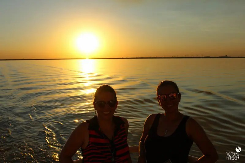 Pôr do sol a bordo do catamarã na Usina de Itaipu, Foz do Iguaçu