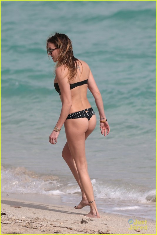 130613, Katie Cassidy wears a mismatched bandeau bikini to the beach in Miami. The 'Arrow' actress, who's on vacation with friends, wore a black bandeau bikini top and black and white polka dot bikini bottoms, paired with her favorite body chain. Miami, Florida - Saturday December 20, 2014. Photograph: Brett Kaffee © Pacific Coast News. Los Angeles Office: +1 310.822.0419 London Office: +44 208.090.4079 sales@pacificcoastnews.com FEE MUST BE AGREED PRIOR TO USAGE