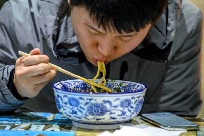 Di Tiongkok Orang Tak Boleh Lagi Pesan Makanan Terlalu Banyak buat Konten Doang