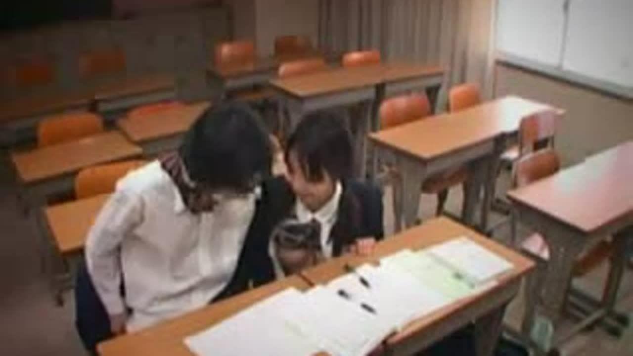 放課後の教室でイチャコラ手コキする高校生カップルを覗き見