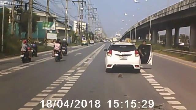 جسم غريب يهبط من السماء ويعترض طريق السيارات