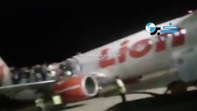 """بالفيديو.. """"مزحة"""" تصيب 10 ركاب على متن طائرة"""