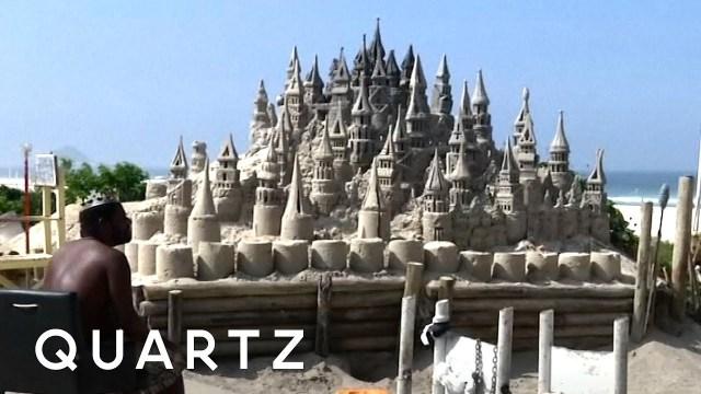 بالفيديو… مشرد يعيش في قلعة رملية منذ 22 عاما
