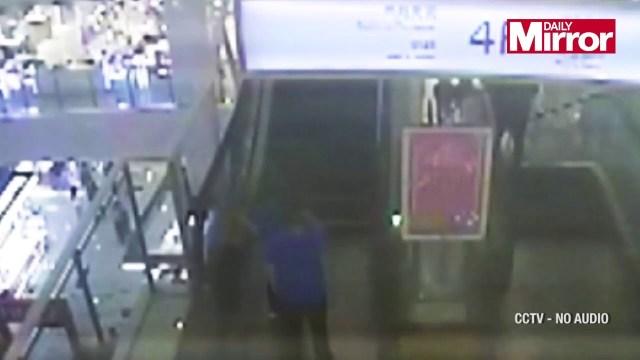 بالفيديو.. شجاعة شرطي تنقذ طفلة علقت في سلم كهربائي