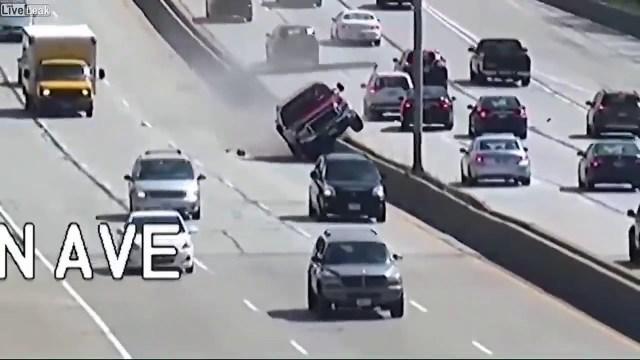 شاهد.. سائق يصعد بسيارته أعلى حاجز الطريق ويسبب كارثة!