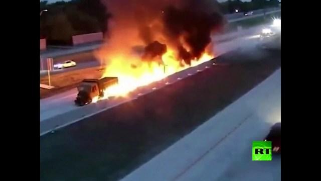 بالفيديو.. لحظة اشتعال شاحنة بعد انحرافها واصطدامها