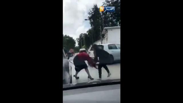 بالفيديو.. مشادات بالأيدي بين امرأتين بالعاصمة