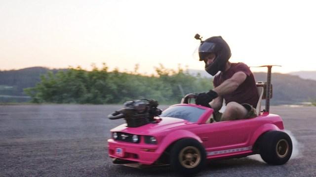 """بالفيديو- تعديل تصميم سيارة """"باربي"""" للأطفال بمواصفات فائقة"""