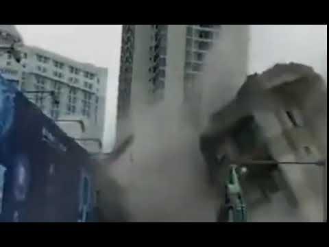 مبنى من 8 طوابق يسقط في اتجاه خاطئ بالصين
