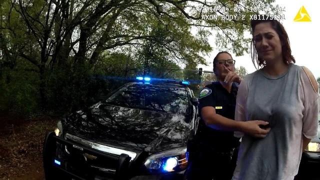 شاهد شرطيتان تلجآن للقرعة بشأن اعتقال امرأة