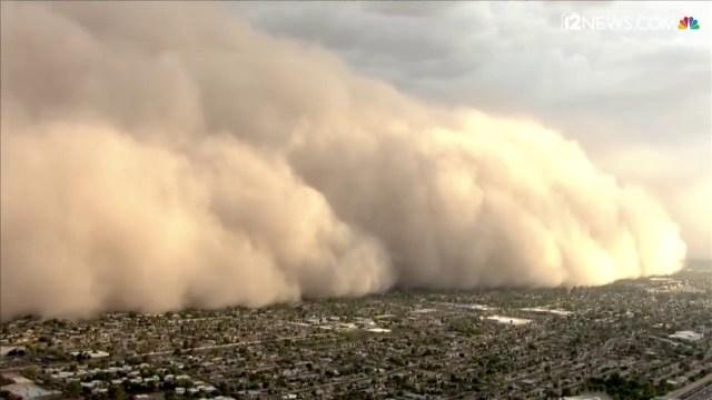 """عاصفة من الرمال والغبار """"تبتلع"""" مدينة أمريكية"""